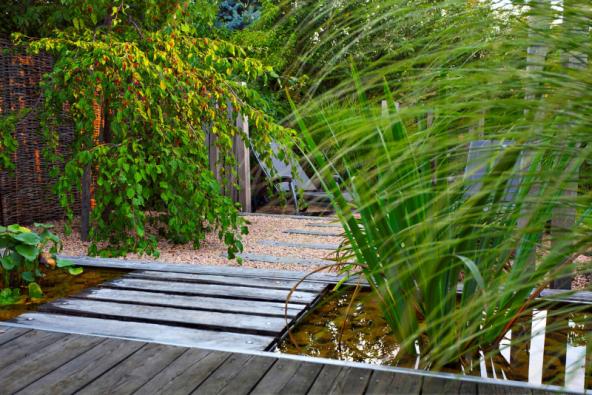 Zahrady mají být přirozeným místem kžití. Není třeba vyhledávat složité technologie vodních prvků, cesty poseté drahokamy či nejmodernější zahradní nábytek. Chceme prostě klid apohodu (Atelier Flera)