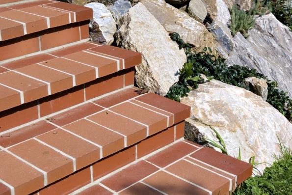 Jednou zvariant, která bude dokonale ladit spochozí zahradní dlažbou, překoná terénní nerovnosti azajistí provázanost zahrady sdomem, je schodiště odstejného dodavatele (WIENERBERGER)