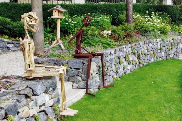 Umění (zvláště pak sochy) dozahrady patří, je součástí přírodního prostoru adává zahradě určitý náboj. Strážci vašich cest dosvahu mohu být různí… (Atelier Flera)