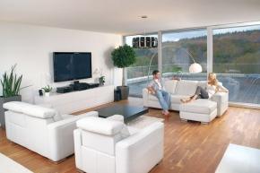 Náš přístup k požadavkům právních předpisů týkajících se hospodaření s energiemi v budovách, vede k tomu, že stavíme dobře zateplené domy s utěsněnou obálkou stěn a střechy. Ano, je v nich teplo. To by byla ta dobrá zpráva… Teď ta špatná: Obecně vzato, mají tyto objekty nezdravé vnitřní klima. (Zdroj: BEAM.cz)