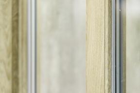 REHAU, přední světový výrobce okenních profilů, vždy s předstihem reaguje nejen na neustále rostoucí požadavky trhu, ale také se přizpůsobuje současným trendům, mezi které dnes patří autentičnost a dokonalost v detailech. Právě tomu odpovídá nový dekor nazvaný KALEIDO WOODEC představený na letošním veletrhu Fensterbau Frontale.