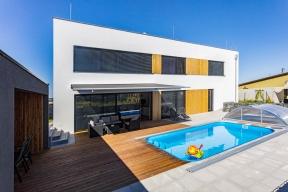 Majitelé si původně přáli přízemní dům, ale protože je vlokalitě předepsána maximálně 20%zastavěnost pozemku, rozhodli se kvůli větší obytné ploše pro dům dvoupodlažní.