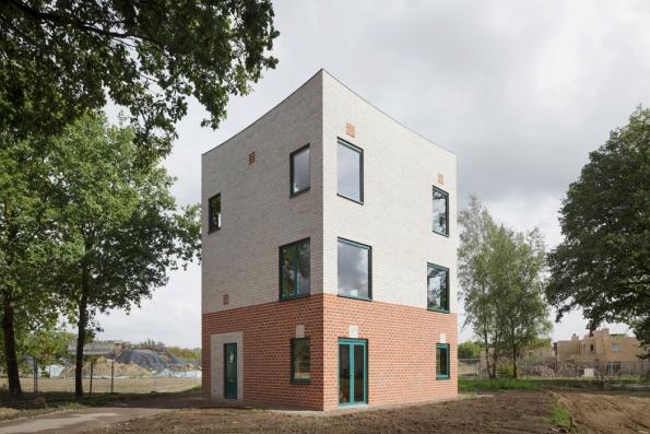 Brick Awards 2018: Kategorie Příjemné bydlení: Rodinný dům Atlas House, Eindhoven, Holandsko Architekti: MONADNOCK, Holandsko Třípodlažní rodinný dům na malé zastavěné ploše je perfektním příkladem příjemného, komfortního a zároveň trvale udržitelného bydlení. Použití cihel v exteriéru i v interiéru je promyšleno do detailu a dokonale souzní s domem.