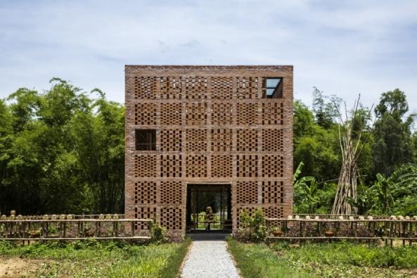 Brick Awards 2018: Kategorie Společná práce: Terra Cotta Studio, umělecká keramická dílna, Dien Phuong, Vietnam  Architekti: Tropical Space, Vietnam  Keramická díla na břehu řeky slouží částečně i k rodinnému bydlení. Perforované stěny z pálených cihel jsou nejen zajímavě dekorativní - přivádějí dovnitř rozptýlené světlo, umožňují provětrávání a vytvářejí optimální klima pro práci i pro samotné keramické výrobky.