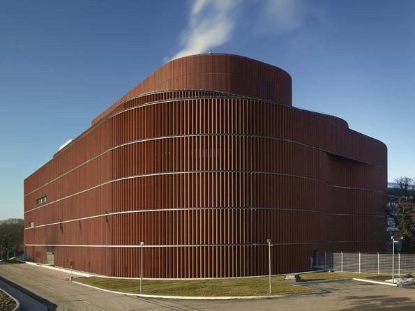 Brick Awards 2018: Stavba mimo kategorie: Värtan, kogenerační jednotka na biopalivo, Stockholm, Švédsko Architekti: U. D. Urban Design AB, Švédsko, Gottlieb Paludan Architects, Dánsko V budově je umístěna největší městská kogenerační jednotka na bioplyn na světě, která významně přispívá ke snížení uhlíkové stopy města. Organicky tvarovaný obvodový plášť je vytvořen z vertikálně orientovaných keramických tvarovek.