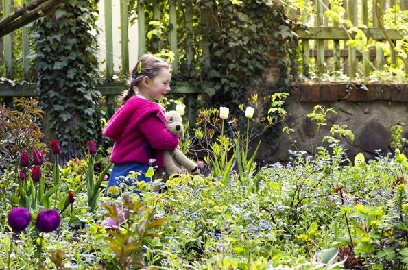 Malá Ingrid zjišťuje, co nového nazáhonech sjarničkami zaposlední týden vykvetlo. Přestože nejraději trhá kytičky ztrávníku, nakrásu tulipánů apomněnek se nemůže vynadívat.