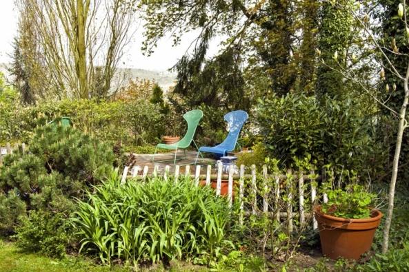 Jakmile se sluníčko překulí kbazénu, lákají knerušené siestě pohodlná křesla, která plácek probarvují dřív, než se vyklubou květy denivek ahortenzií vsousedních záhonech.