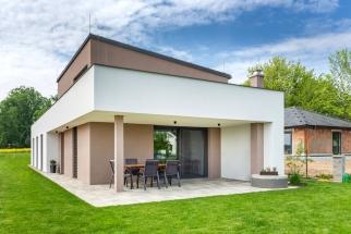 """Dům stavěný svépomocí v soutěži YQ Stavba překvapil svou čistotou a jednoduchostí. Jeho majitelé dokazují, že kvalitní realizace svépomocí je možná i pro lidi stavebnictvím předtím zcela """"nepolíbené"""". Stačilo vědět, co chtějí, a najít na počátku správné odborníky."""