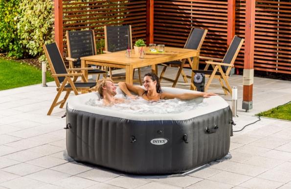 Nafukovací vířivka PureSpa DeLuxe HWS 800 osvěží ve vedrech, odstraní stresové napětí a umožní vychutnat si rozkošné chvíle intimity v klidu vlastní zahrady. (Foto: Mountfield)