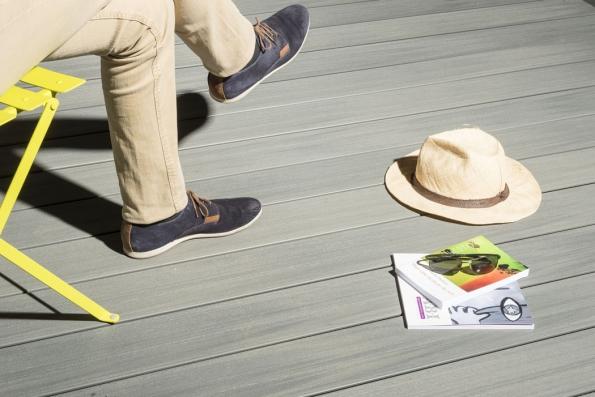 """Léto se blíží a posedávat venku namísto uvnitř je čím dál lákavější. Mnoho lidí proto zvažuje výstavbu terasy. Většina ale trpí mylnou představou, že přírodní dřevo je ten nejlepší materiál, co mohou pro podlahy teras zvolit. Ve skutečnosti existuje mnoho dobrých důvodů, proč je kompozitní dřevo, známé také jako """"vyrobené dřevo"""" skvělou volbou. (Zdroj: Silvadec)"""