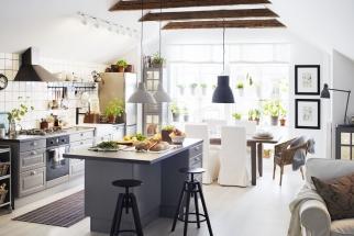 Skandinávský styl dokáže isvelmi omezenou barevností vytvořit příjemně vřelou atmosféru. Pomáhá mu vtom přírodní dřevo amnožství bytového textilu.