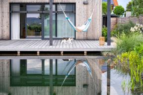 Terasa je prodloužením obytné plochy domu apřímou spojnicí se zahradou. Má evokovat zdravý rodinný život, návrat kpůvodním ekologickým materiálům, souznění spřírodou ačas na relaxaci.