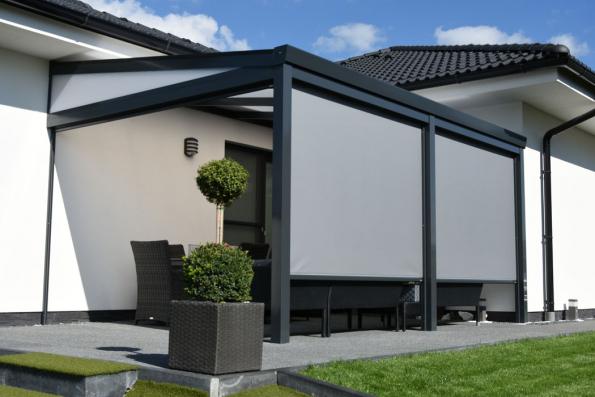 Screenové rolety jsou moderním a elegantním prvkem exteriérové stínicí techniky, který umožňuje dokonalým způsobem zastínit okna na všech typech budov, zvýšit obytný komfort a zároveň snížit fakturu za energii. (Zdroj: Minirol)