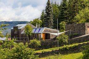"""Kromě přírodních materiálů – dřeva akamene, které jsou vystaveny přirozenému působení prostředí akteré majitelé nechávají volně stárnout a""""vyzrávat"""", je součástí architektonické kompozice izelená střecha."""