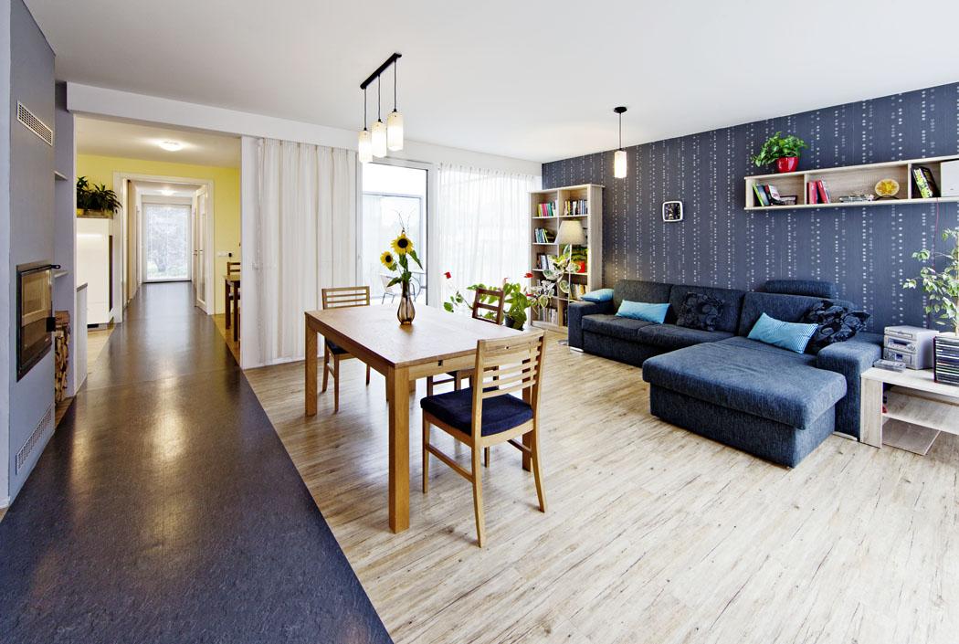 Společný obývací prostor je prosklený dodvou stran. Má ranní iodpolední slunce alze zněj vycházet naobě terasy.