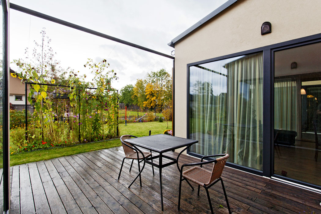 Vzhledem kpromyšlenému dispozičnímu návrhu postačí prosklené plochy zastínit zevnitř. Interiér domu se nepřehřívá, ikdyž jsou stěny plně prosklené.
