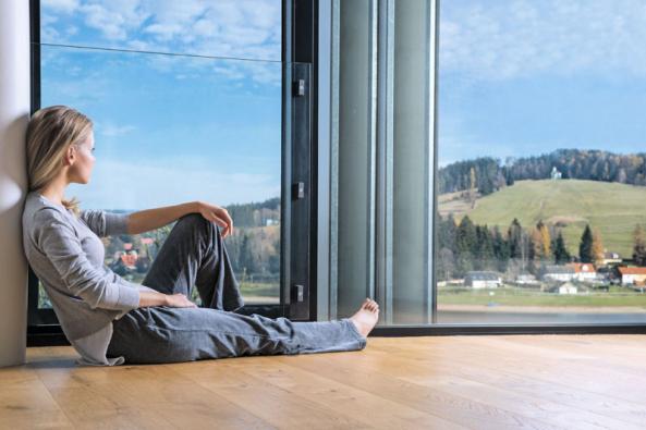 Dnešní skvěle zateplené domy s dobře utěsněnou obálkou stěn a střechy, nepochybně plní veškerá očekávání ve věci hospodaření s energiemi. Ano, v těchto objektech mají teplo. A to je dobrá zpráva. Ale nyní ono špatné sdělení: Tyto domy mají většinou nezdravé vnitřní klima. Kvalita vzduchu má na kondici lidí ohromný vliv. Hlavně jeho čistota, vlhkost a teplota rozhodují o našich schopnostech nejen dobře pracovat, ale také efektivně odpočívat. Je tedy nutností zajistit právě v domovech a na pracovištích nepřetržitý přísun čerstvého vzduchu. (Zdroj: BEAM.cz)