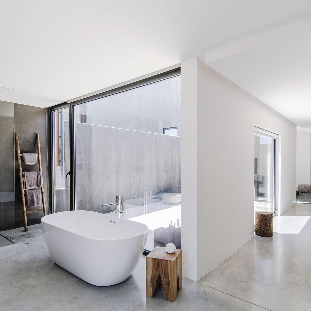 Všechny místnosti vzóně rodičů jsou prosklenými stěnami otevřeny domalého atria. Obvodová zeď zde zajišťuje naprosté soukromí.