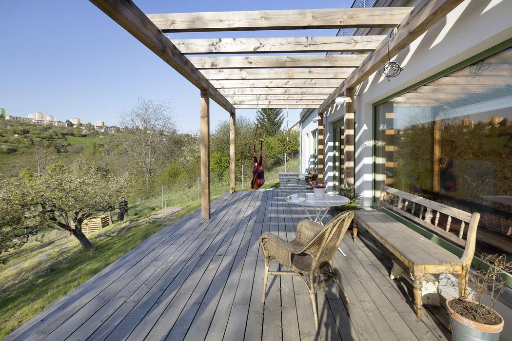 Svažitý až strmý pozemek se nemusí jevit pro stavbu domu jako ideální, avšak architekti Lenka Křemenová aDavid Maštálka zateliéru A1 Architects jeho charakter využili jako přednost.