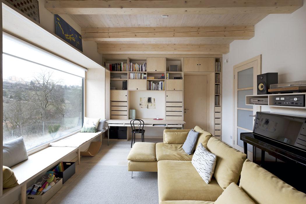 Díky vestavnému nábytku zbývá obyvatelům domu dostatek prostoru kjeho komfortnímu užívání. Efektivita apraktičnost kontrastuje se zdánlivě bezbřehou volností zaoknem.