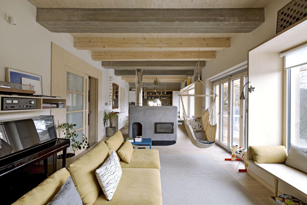 Kamna jsou nezpochybnitelnou dominantou obytného prostoru. Tvoří přirozenou bariéru mezi kuchyní sjídelnou aobývacím pokojem avzimě navíc poskytují nejen útulné teplo, ale také plochu pro příjemné lenošení.