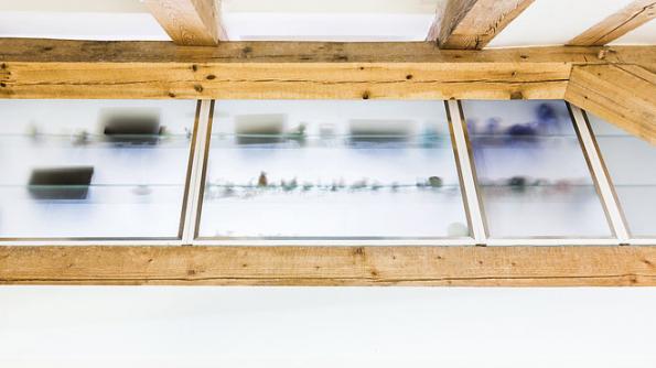 Dostatek denního světla zabezpečují istřešní okna VELUX. Díky tomu získal projekt Mimořádnou cenu VELUX zanejlepší práci sdenním světlem vČeské ceně zaarchitekturu 2017.
