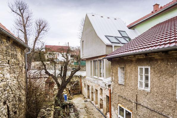 Architekt zde byl postaven před zapeklitý úkol přistavět dům tak, aby nebyl narušen historický ráz původní budovy, ale aby zároveň splnil požadavek namoderní bydlení.
