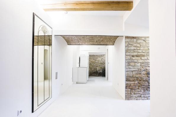 Autor projektu Elan Neuman Fessler zachoval stávající zdivo původního stavení zpískovce acihel.