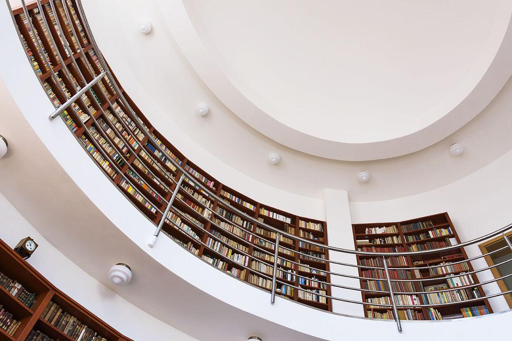 Naochozu vpatře, kde rovněž stěny obepínají knihovny zmasivního dřeva, je možné vyhledat literaturu zmnoha oborů, hledět dozahrady, sklánět hlavu dolů či hledět vzhůru doklenby rotundy, která připomíná krásu avznešenost románské architektury.