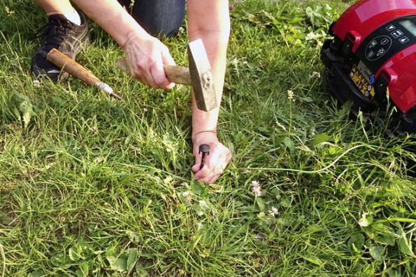 Vodicí drát je potřeba pořádně vypnout, aby ho robot při přejíždění nenabíral. Ještě lepší je zapustit ho pod zem. Pokud robot narazí na takhle přerostlou trávu, začne se pohybovat ve spirále.
