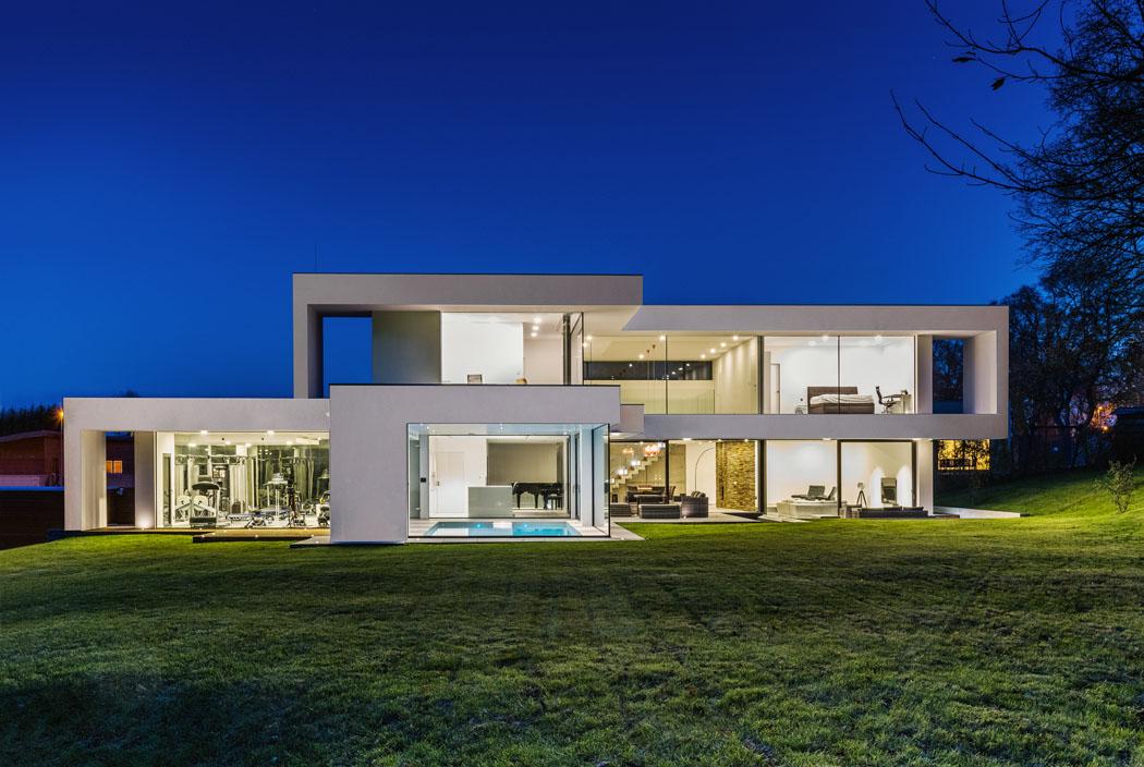 Takto transparentní dům je vnašich končinách unikátní. Díky promyšlenému návrhu avyspělým technologiím má tepelnou ztrátu pouhých 7 kW apříjemné klima povětšinu roku ibez klimatizace.