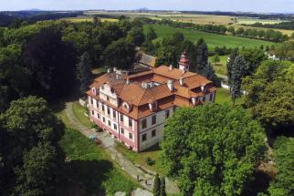 Zámek Krnsko je původně renesanční, následně barokní zámek, který byl vystavěn v16.století. Jde očtyřkřídlou jednopatrovou budovu se čtvercovým dvorem, která je obklopena anglickým parkem orozloze necelé 4ha. Zámek sloužil ve20.století jako sirotčinec, později jako domov důchodců. Dnes je objekt opuštěný, ale vevelmi dobrém stavu. Užitná plocha je celkem 1878 m2, ztoho: přízemí 658 m2 (včetně chodeb), první patro 672 m2 (včetně chodeb), půda 188 m2 (včetně pokojů), sklepy cca 360 m2. Zámek se nachází vobci Horní Krnsko, 7km odMladé Boleslavi a45km severovýchodně odPrahy. V nabídce Chateau.cz je za 21 milionů korun.