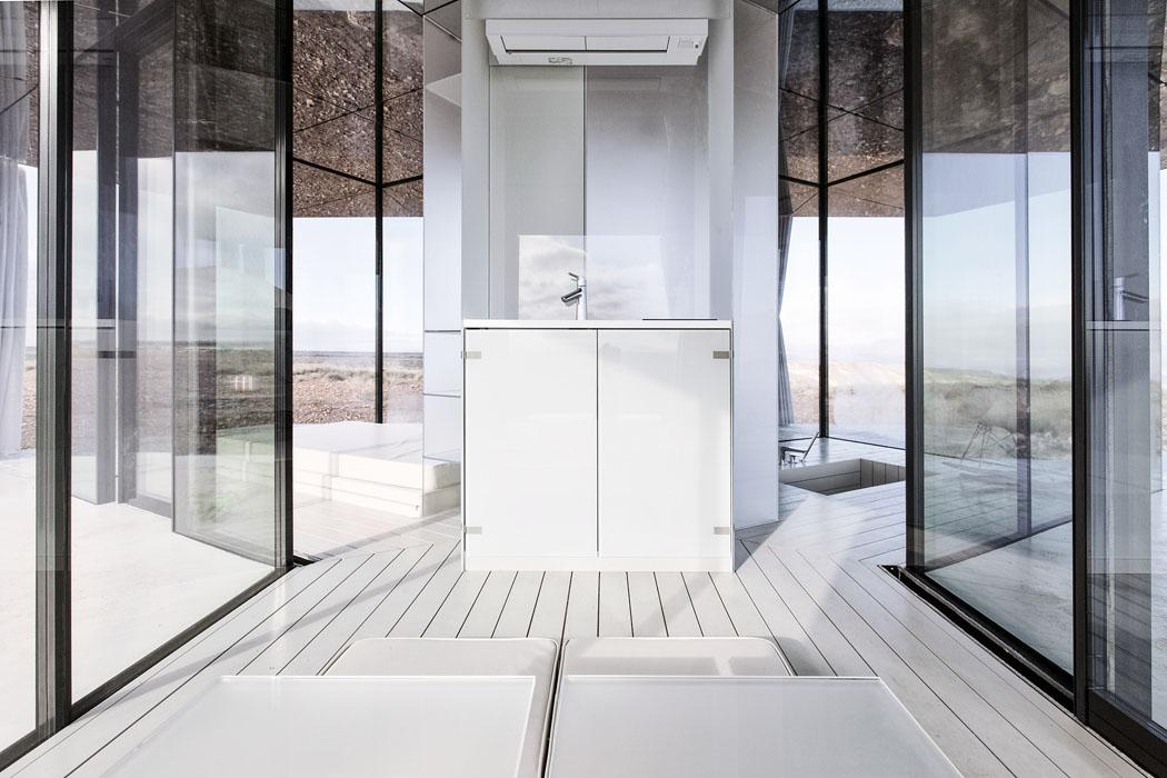 Stavba orozloze pouhých 20 m2 se skládá ze tří místností: ložnice, koupelny aobývacího pokoje. (Zdroj: www.lacasadeldesierto.es)