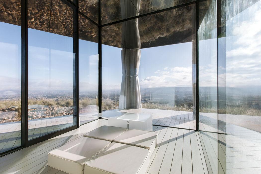 Pouštní dům je založen nadřevěné konstrukci adovšech stran se otevírá stěnami zenergeticky úsporného skla Guardian. v