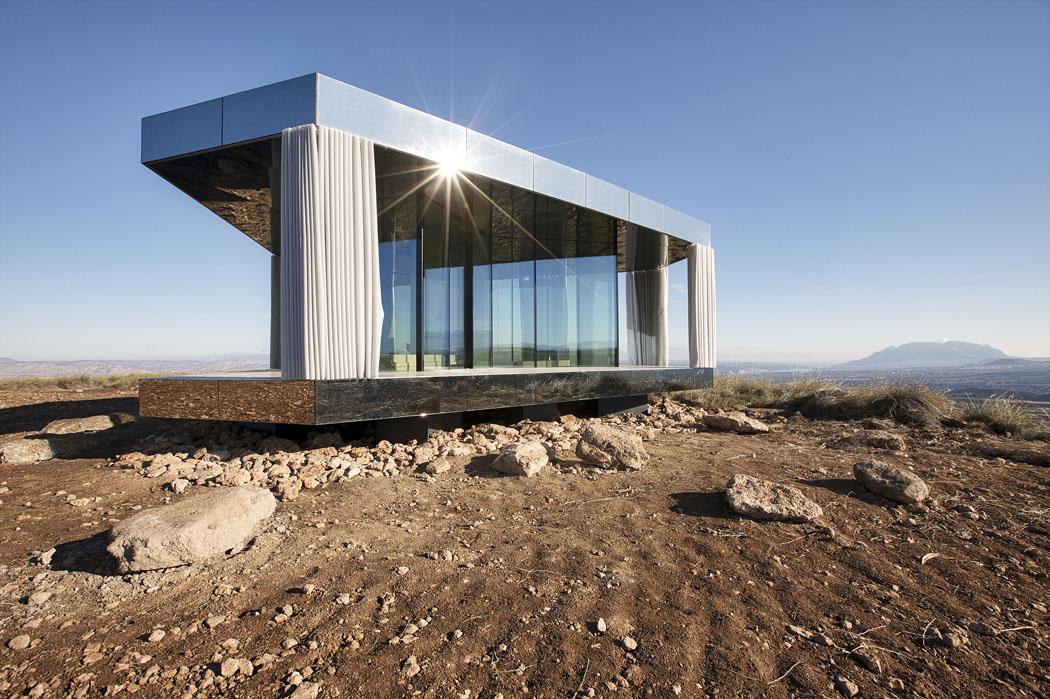 Pro vytvoření tepelně velmi účinného pláště budovy, který by odolal extrémním teplotám, byl klíčový výběr skla. Stěny jsou vyrobeny ztrojitých izolačních skel se solárním faktorem 25%, což znamená, že blokují 75% energie Slunce. Druhou zajímavou hodnotou je Ug skla 0,5W/m2K pro velmi dobrou tepelnou izolaci. (Zdroj: www.lacasadeldesierto.es)
