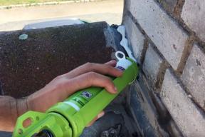 Tekutá membrána illbruck SP925 je vhodná pro venkovní i vnitřní aplikace. Je univerzálním materiálem, kterým utěsníte všechny spáry a prostupy, kterými zatéká nebo by zatékat mohlo.