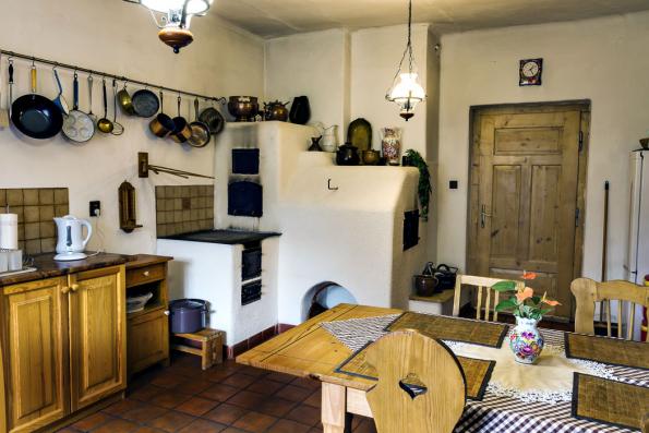 Vtéto místnosti byla kdysi černá kuchyně, později vejminek. Napůvodním místě nechali majitelé postavit funkční pec. Uvařit nebo upéct chleba či tradiční koláče není žádný problém.