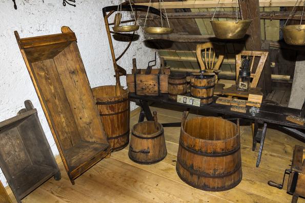 Díže, štoudve, džbery, máselnice, dřevěné pračky adalší předměty zmalého muzea manželů Vašákových.