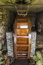 Mlýnské kolo navrchní vodu vyrobili jihočeští sekerníci zmodřínového dřeva abylo usazeno dopůvodní lednice náhonu. Jeho průměr činí přibližně 2,5 metru ahmotnost okolo 300kilogramů.