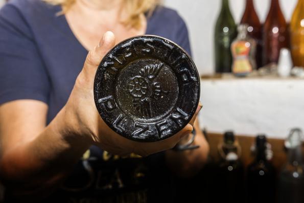 Jedním zvystavených nálezů je lahev Plzeňského společenského pivovaru Prior, který byl založen vroce 1896. Datovat je ji možné kolem roku 1900.