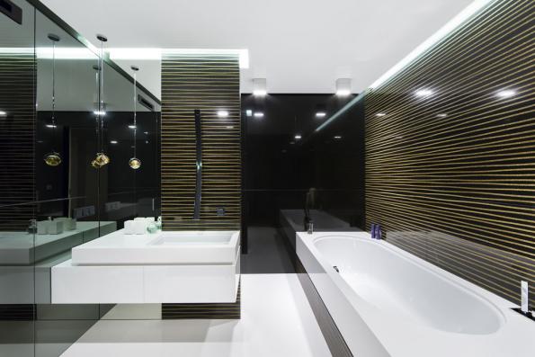 Černobílá kombinace, zvláště v leštěném provedení či v kombinaci s drobným zlatým dekorem, působí luxusně, nezestárne a bude vždy krásná. Na ukázku jsme vybrali leštěný mramorový obklad kolekce Linea Gold Design s dekorativním drážkováním od italské společnosti Antolini.