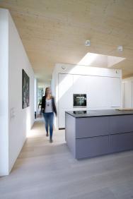 Nedostatek přirozeného denního světla lze v tzv. slepých místech interiéru efektivně řešit také pomocí světlíků nebo světlovodů. Způsob provedení svěřte odborníkům (VELUX)