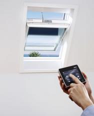 Střešní okno GGU s vnějším trojsklem adalším vnitřním dvojsklem, prostup tepla Uw okna=0,51W/(m2K). Dálkový ovladač s dotykovým displejem umožňuje intuitivní ovládání (VELUX)