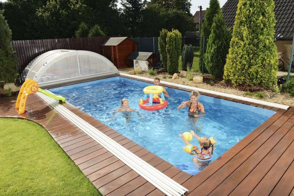 Myslete na to, že vedle bazénu je třeba ponechat volnou plochu pro pojezdy a také místo, kam se konstrukce posuvného zastřešení přesune, když bude bazén zcela odkryt (MOUNTFIELD)
