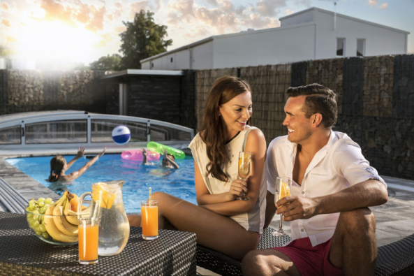 Toužíte-li posoukromé plovárně, zkuste nabídku Quattro setu, vněmž najdete bazén, zastřešení, technologickou šachtu ipříslušenství.