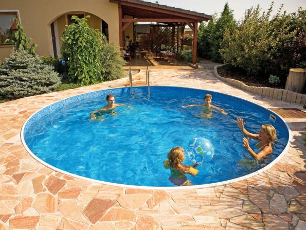 Obří 45 až 55 % posezonní slevy jsou pro vás připraveny také na všechny typy nadzemních a zapuštěných bazénů. Za polovic je například kompletní řada těles velmi oblíbených kruhových a oválných rodinných bazénů AZURO VARIO. Bazén na fotografii o průměru 3,6 m tak vyjde místo 9 250 Kč na pouhých 4 265 Kč. (Zdroj: Mountfield)