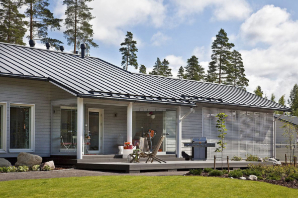 Typická finská dřevostavba, krytá falcovanou krytinou. Výrobky zoceli spovrchovou úpravou GreenCoat jsou charakteristické vysokou kvalitou, elegantním vzhledem audržitelností (RUUKKI)