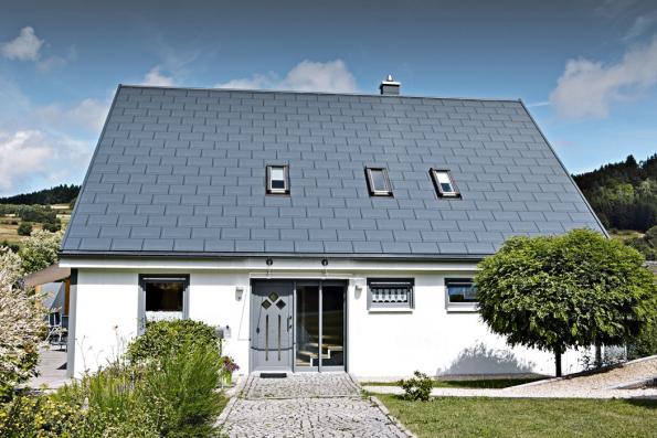 Díky velkému formátu střešního panelu Prefa R16 sdélkou prvku 70cm je nyní možné pokrýt metr čtvereční střechy jen s3,4ks zmíněného komponentu. Životnost činí 40 let (PREFA)