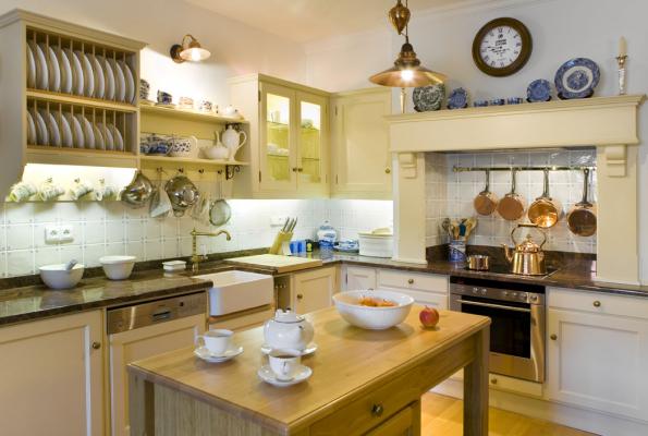 Kuchyně Hš Rustikal jsou navrženy s citem a elegancí respektující tradiční styl, ale i jednoduché linie moderních interiérů. Na výrobu nábytku je použito výhradně tvrdé dřevo především dubové, které je opatřeno různými povrchovými úpravami např. eko olej, patina nebo krycí nátěry v kvalitních barvách.