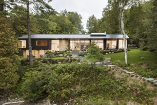 The Slender House, idylický bungalov ze dřeva a kamene (Zdroj: MU Architecture, Foto: Stephane Groleau)